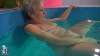Una nonna gode in piscina e si masturba