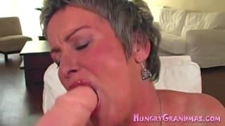 Questa nonnetta ha molta fame di cazzi !