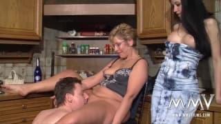 Meli Deluxe scopa con una coppia matura