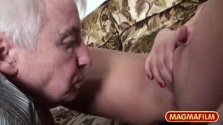 Due troie con un vecchio nonnetto