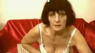 Una donna matura si masturba sul divano