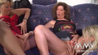 Un trio con delle milf lesbiche
