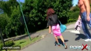 Kiki Minaj piscia all'aperto