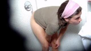 Una brunetta filmata in segreto