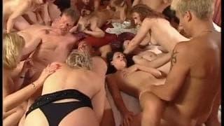 Un'orgia piena di sexy milf disponibili