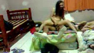 Una coppia amatoriale gode a casa