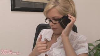 Una segretaria arrapata scopa il suo capo