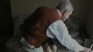 Giovane bruna scopa con un vecchio uomo