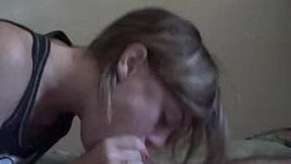 Una giovane troia in un video amatoriale