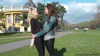 Una lesbica milf e una giovane lesbica