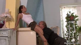 Una giovane scopa un vecchio pervertito