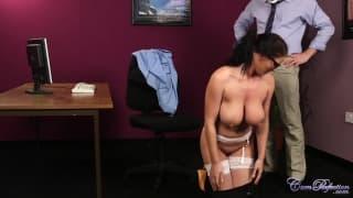 Una segretaria con due cazzi attorno