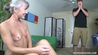 Una matura che si masturba e poi succhia