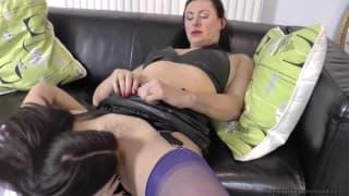 Due calde lesbiche godono sul divano