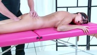 Una sexy mora che riceve un bel massaggio