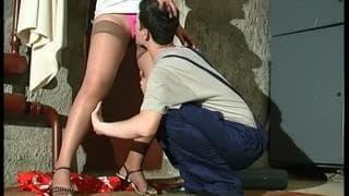 Una donna con un giovane arrapato