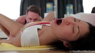 Una bruna asiatica fa sesso in palestra
