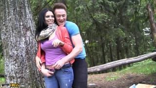Kira viene penetrata nel bosco da un uomo