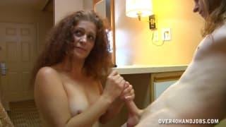 Lisa Browns masturba il cazzo di un uomo