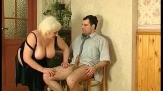 Una nonnetta con un giovane arrapato