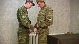Due gay militari che adorano incularsi !