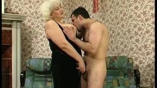 Una nonnetta che ama farsi penetrare !