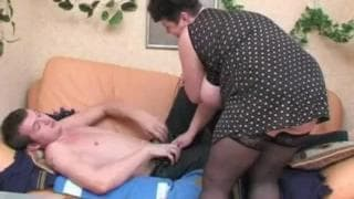 Un giovane scopa una cougar grassa !