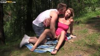 Rita si fa penetrare nel bosco