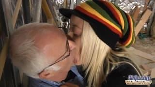 Alena adora gli uomini più vecchi