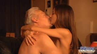 Alice Romain dona il suo culo a un maturo