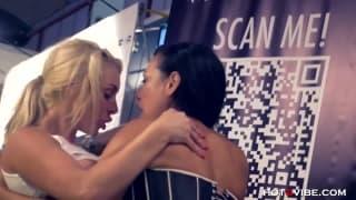 Due lesbiche molto arrapate in pubblico