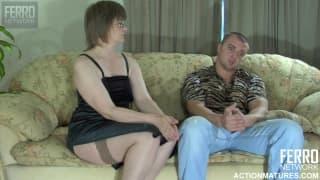 Una donna matura scopata sul divano