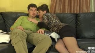 Una donna matura con un giovane