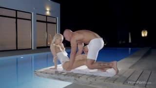 Una bionda che gode a bordo piscina