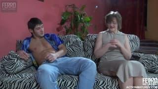 Ecco una donna matura con un giovane