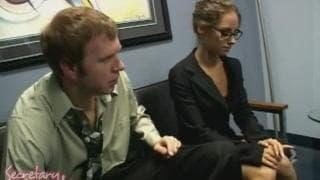 Mark Wood insieme a questa segretaria