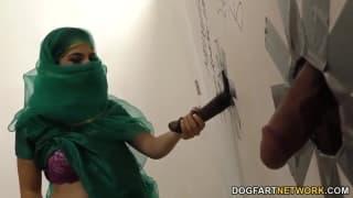 Nadia Ali un'araba per un gloryhole