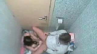 Una coppia scopa nel bagno e sono spiati