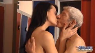 Eva Strauss fa esperienza con uno maturo