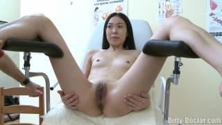 Il ginecologo prova la sua figa