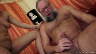 Una bionda con un vecchio