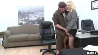 Ashley Fires scopa in ufficio