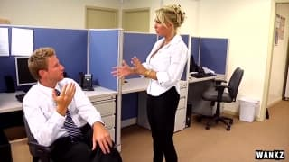 Holly Halston è eccitante in ufficio