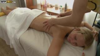 Una giovane bionda per un massaggio sexy