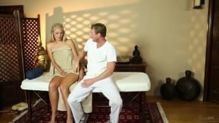 Scarlet Red fa sesso con il massaggiatore