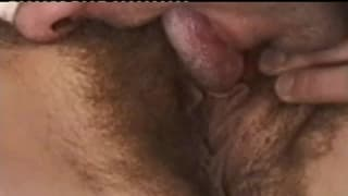 Sexy bruna dalla figa pelosa in gangbang