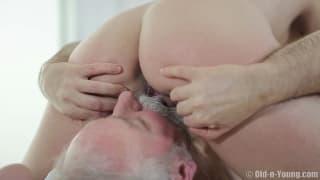 Un vecchio pervertito con una giovane