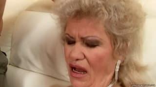 Effie è una donna matura e moto porca
