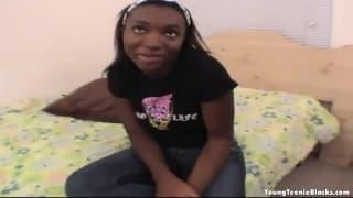 Una giovane nera di 18 anni