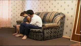 Donna scopa sul suo divano